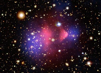 Materia Oscura, en azul, en choque de cúmulos de  galaxias