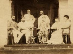 Foto tomada entre 1880 y 1890 en el Hotel Universo de Aden (Yemen) y en la que aparece Rimbaud (el primer hombre por la derecha).-