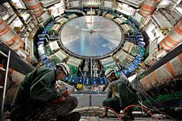"""""""¨¨Algún squarks aqui?"""" El detector ATLAS  (arriba) en el  Large Hadron Collider LHC ha fallado al buscar super partículas compañeras predichas de las partículas fundamentales .C. MARCELLONI/CERN"""